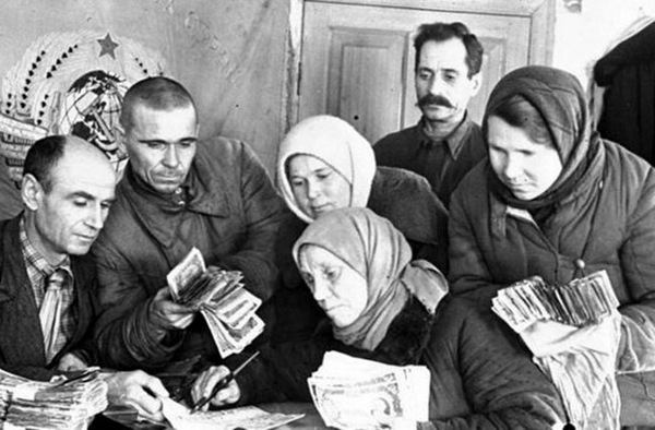 Сбор денег для фронта. Фото: victory.rusarchives