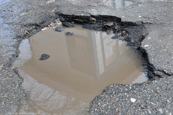 яма на дороге,колдобина,выбоина,плохие дороги,ужасные дороги,