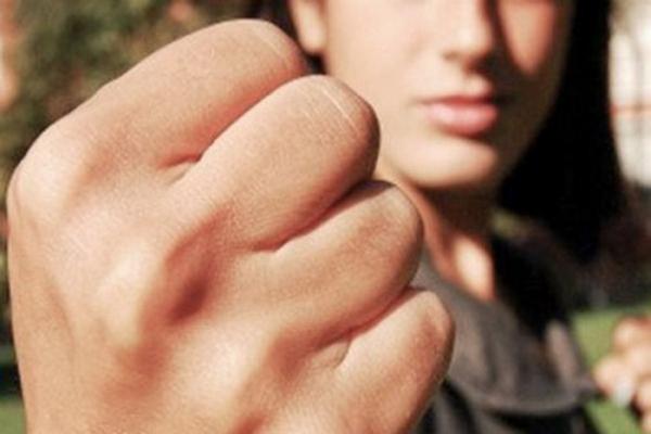 женский кулак,