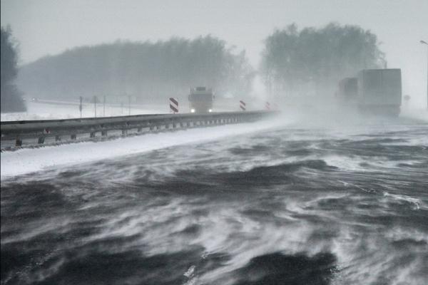 сильный ветер,снегопад,метель,трасса,