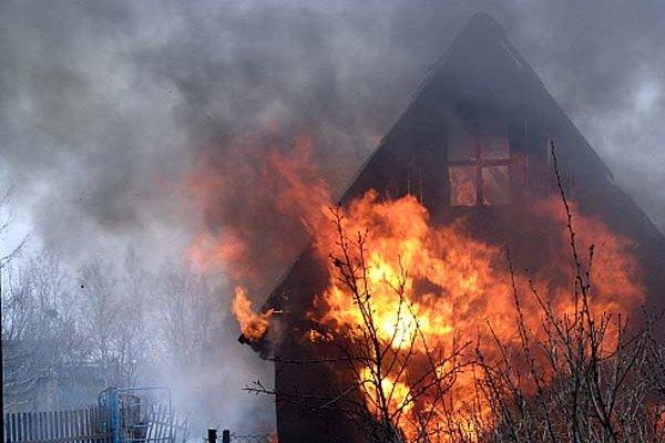 Ночной пожар в бане тушили 6 человек