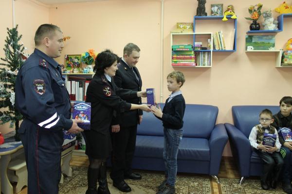 Полицейский Дед Мороз посетил центр социальной помощи семье и детям
