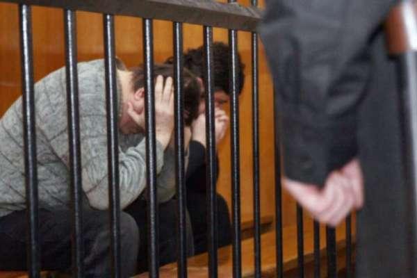 двое за решеткой,арестованные,в камере,