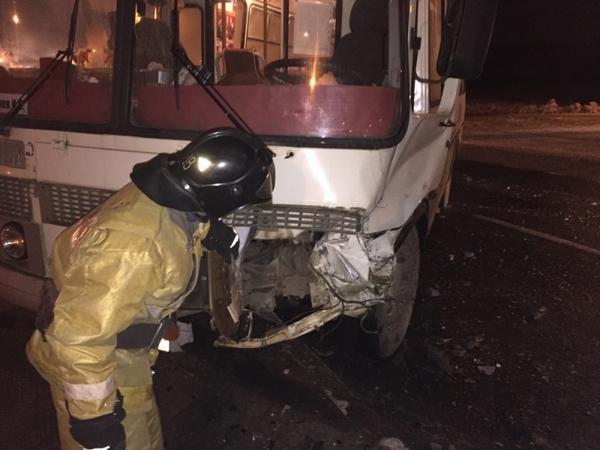 На трассе столкнулись пассажирский автобус и внедорожник