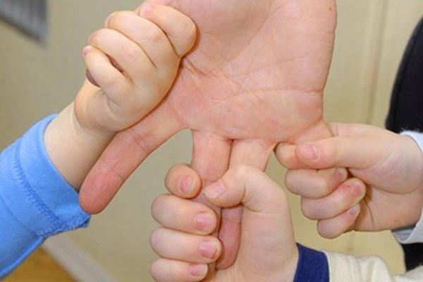 многодетная мать,держат мать за руку,
