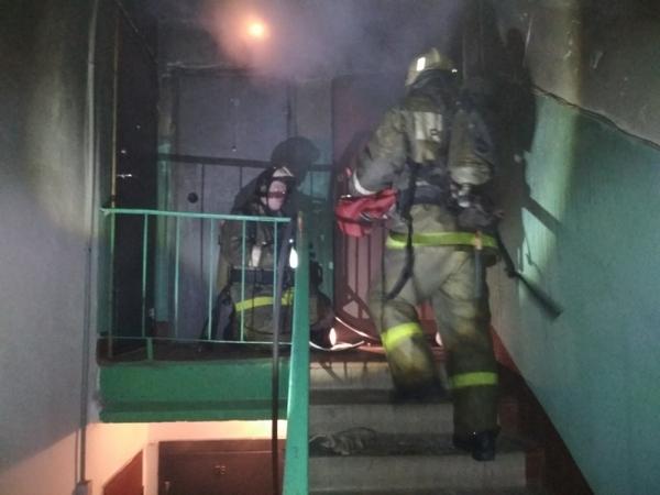 В День защитника Отечества пожарные спасли трёх человек из горящей квартиры