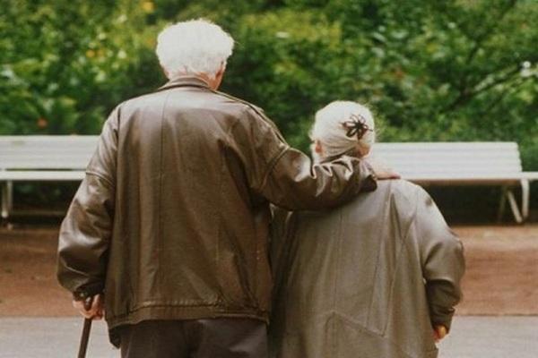 пожилые люди,