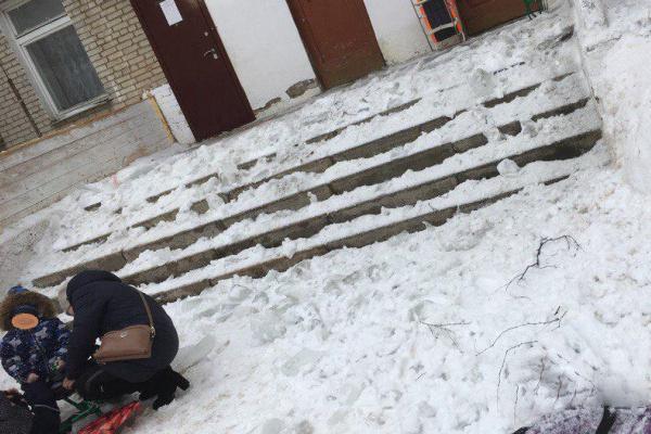 Мать, получила увечья, прикрыв собой 2-летнего сына от упавшей с крыши ледяной глыбы
