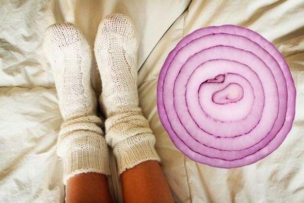 На ночь положите лук в носки и удивитесь, что произойдет с вашим организмом