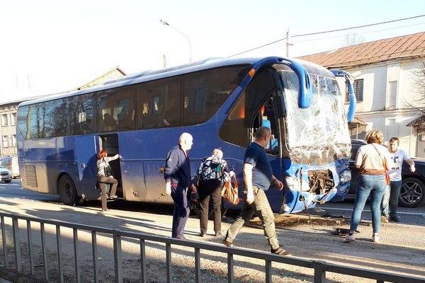 Пассажирский автобус на трассе врезался в фуру. Есть пострадавшие