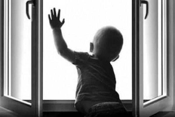 Двухлетний ребенок разбился насмерть, выпав из окна 6 этажа