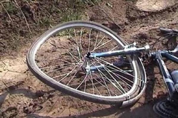 Ребенок на велосипеде упал с обрыва