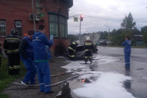 Легковушка на полном ходу врезалась в пост ДПС и загорелась. Есть погибший