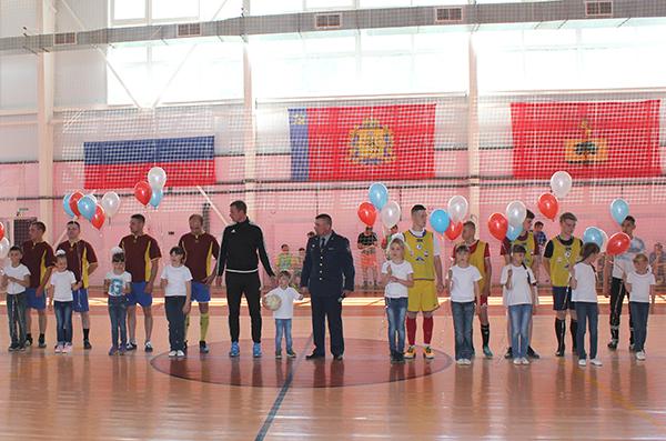 Заключенные сыграли в футбол с сотрудниками исправительных учреждений