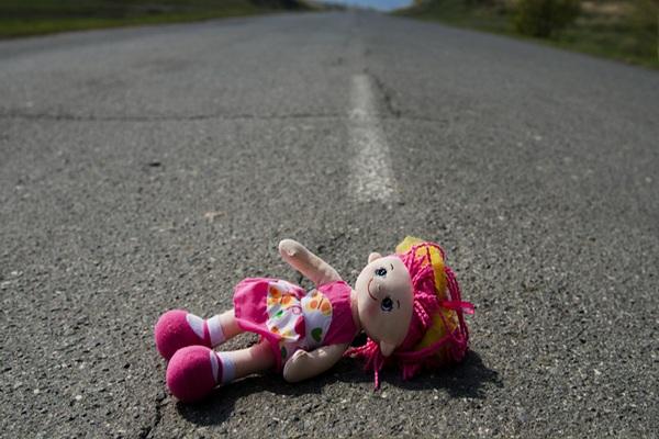 Годовалый ребёнок выполз на дорогу и погиб под колёсами автомобиля
