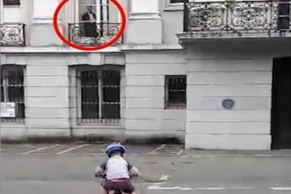 Женщина запечатлела на видео, как призрак наблюдает за её маленьким сыном