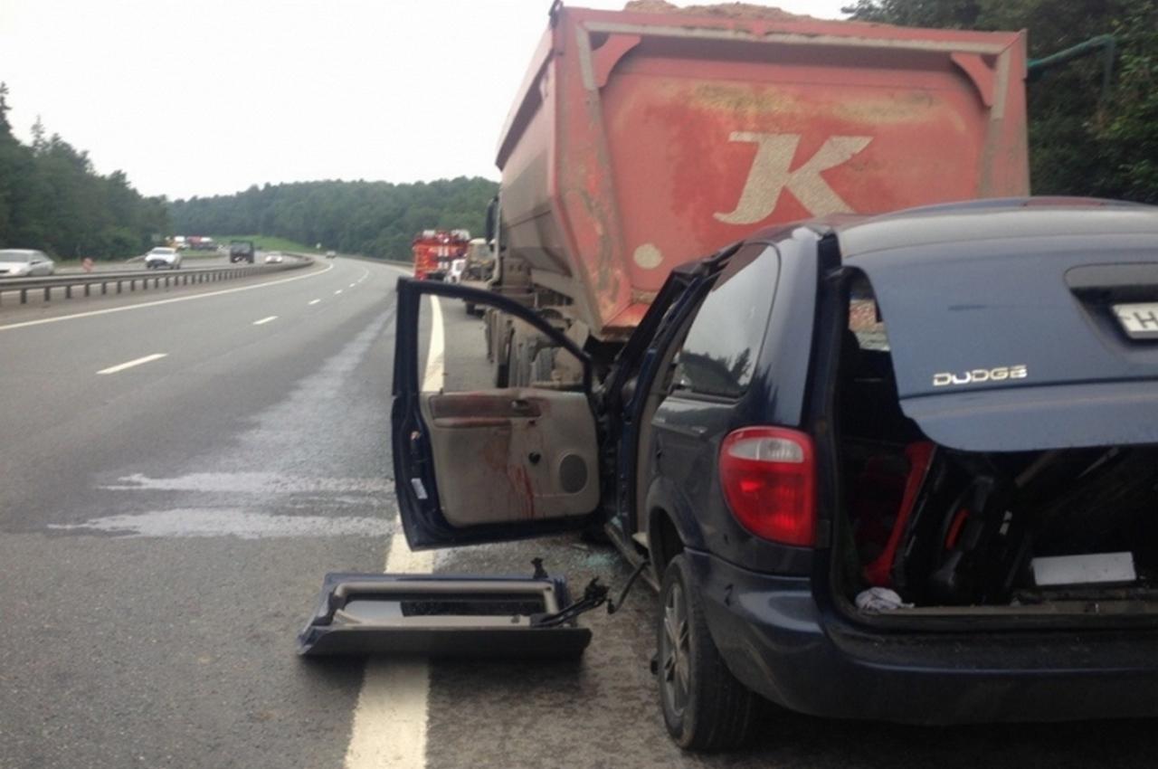 Легковушка на трассе врезалась в стоящий на обочине грузовик. Есть пострадавший