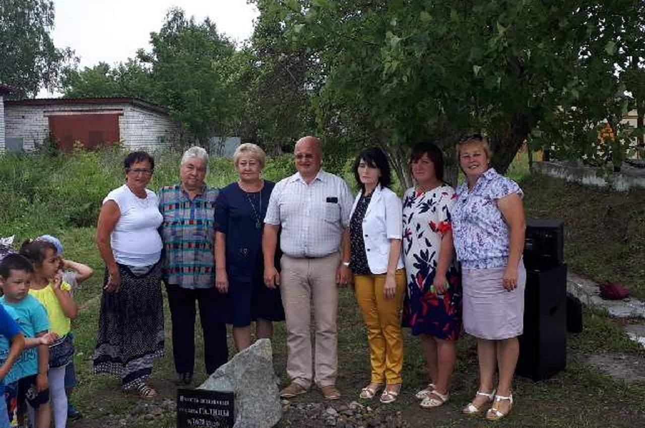 Памятный камень в поселке Галицы
