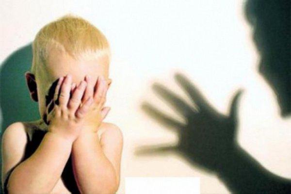 Воспитатель детсада избила 2-х летнего ребёнка и заперла его в туалете, отключив свет