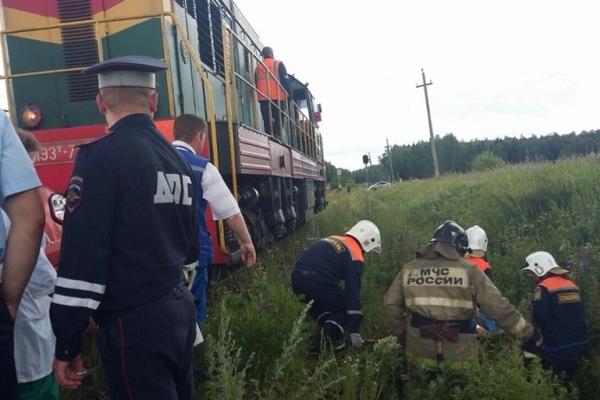 Появились фото с места смертельного столкновения поезда и легковушки