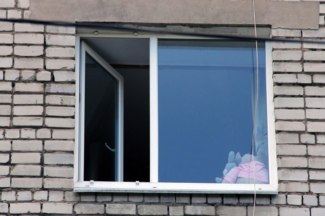 Двухлетний мальчик выпал из окна