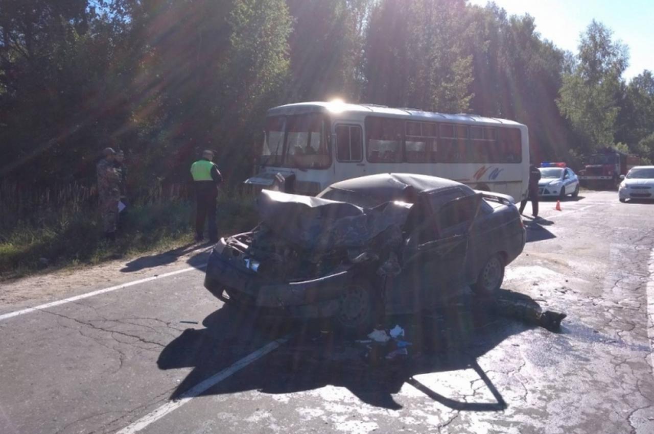 Лобовое столкновение легковушки с пассажирским автобусом. Есть пострадавшие