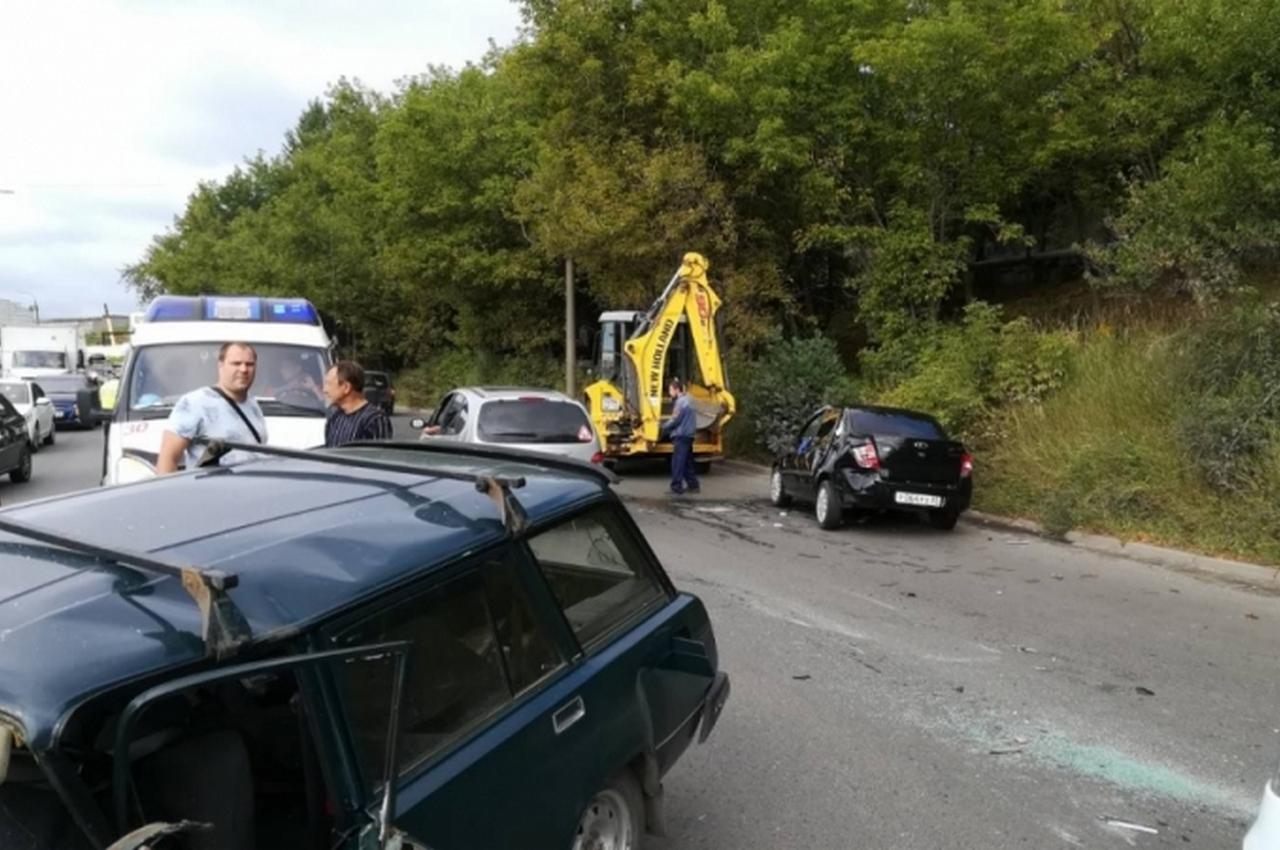 Массовая авария с участием легковушек и трактора. Имеются пострадавшие