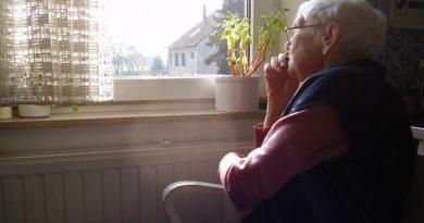 пенсионер ждёт,пожилая женщина ждет,ожидание пенсии,
