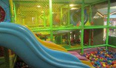 4-летняя девочка в игровой комнате сломала ногу