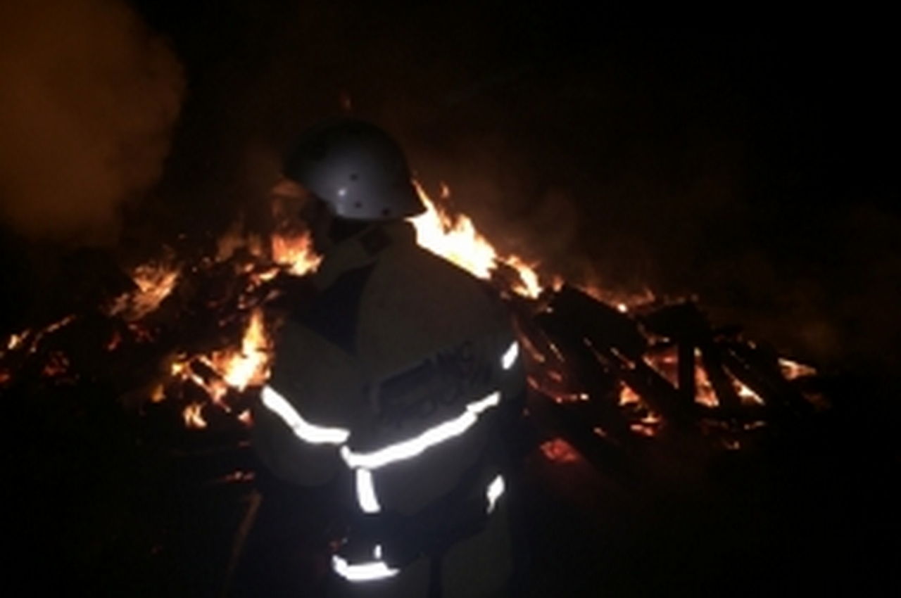 Ночной пожар тушили 14 человек