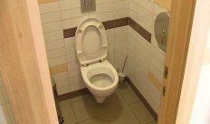 Тайно подглядывал за сотрудницами в туалете при помощи видеокамеры