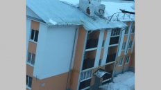 В Вязниках с крыши многоквартирного дома обрушился парапет