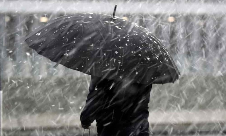 мокрый снег и дождь,под зонтом,