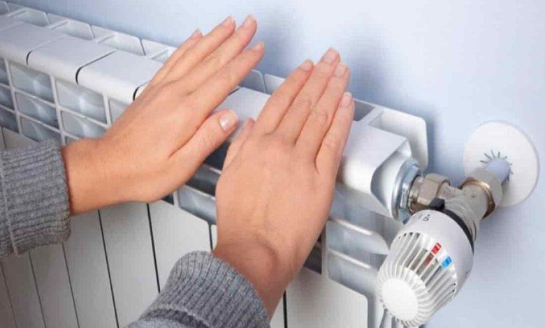 отопительный сезон,радиатор отопления фото,греет руки об батарею,