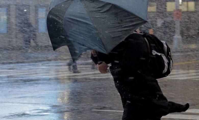 штормовой ветер и дождь,сильный ветер с дождем,ливень и ветер,с зонтом в непогоду,