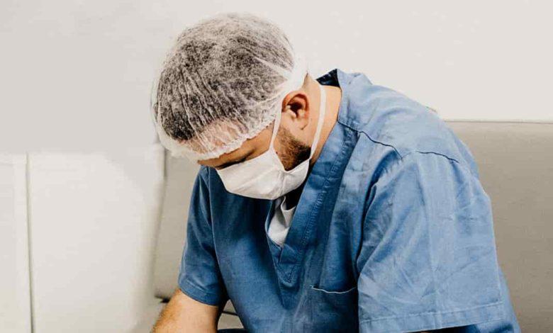 врач устал,врач грустит,