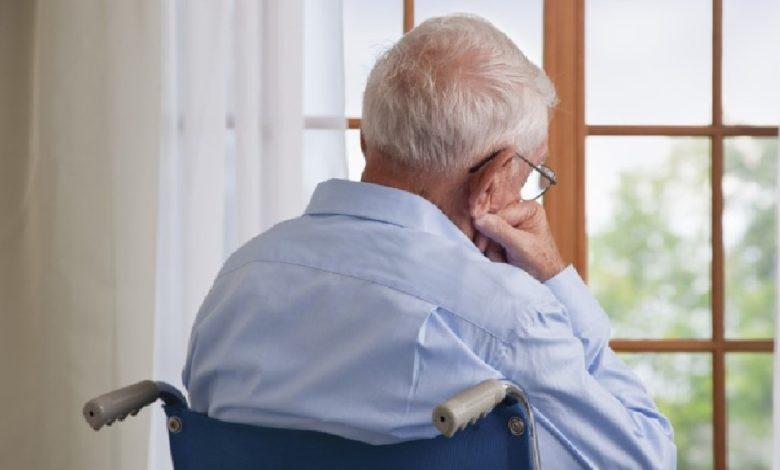 пожилой человек у окна,режим самоизоляции для старшего поколения,