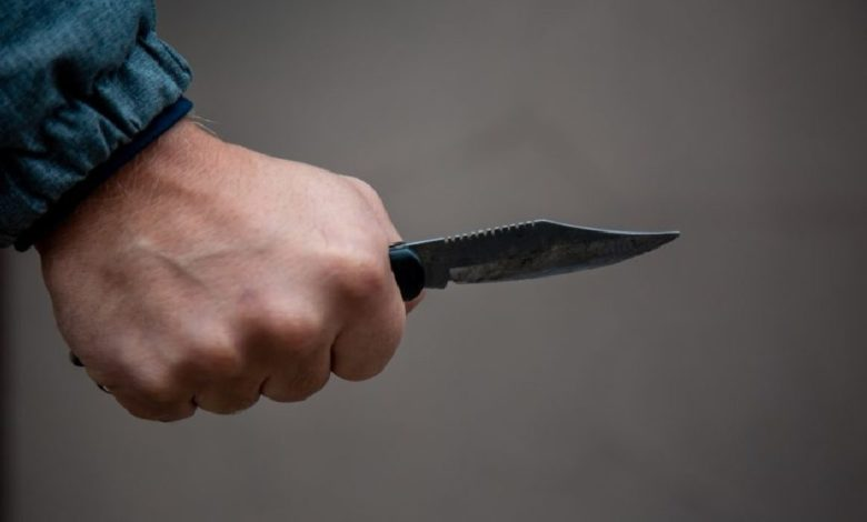 нож в руке,