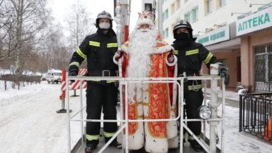 Photo of Дед Мороз с пожарного подъемника поздравил маленьких пациентов