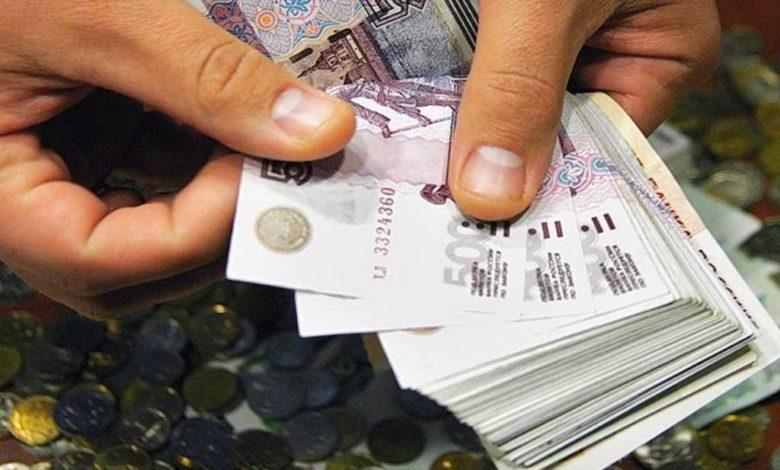 деньги в руке,считать деньги,индексация зарплаты,индексация заработной платы,