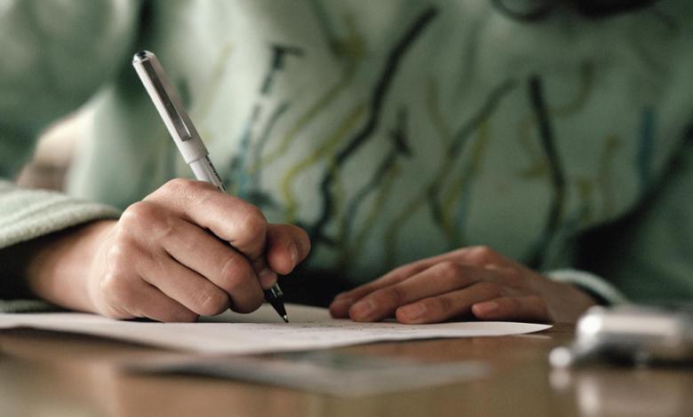 писать,писать заявление,женщина пишет,