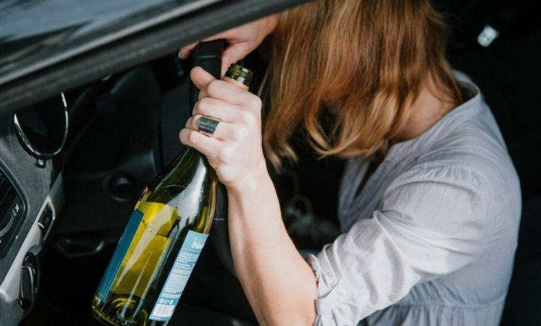 пьяная женщина за рулем,