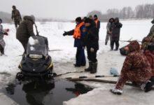 Photo of Ведутся поиски двух рыбаков, которые провалились на снегоходе под лёд