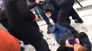 Photo of Видео: Мужчина брызнул в лицо полицейскому газом