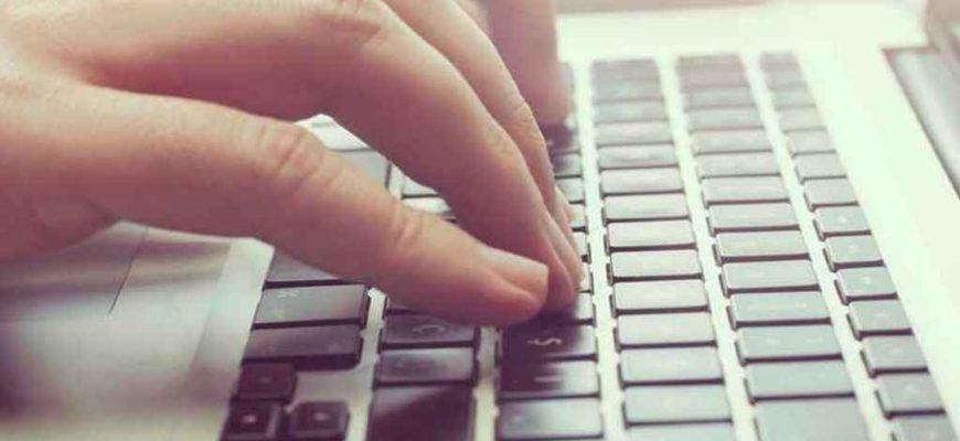 печатать на клавиатуре,набор текста,человек печатает на клавиатуре,руки на клавиатуре,онлайн-база,