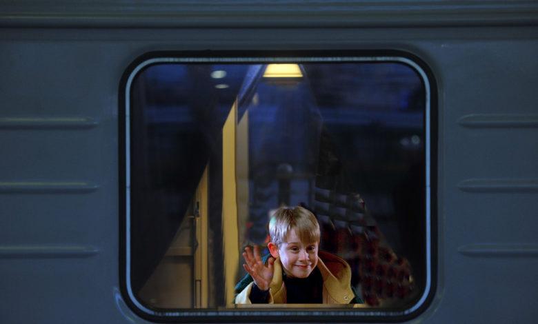 один в поезде,ребенок один в поезде,
