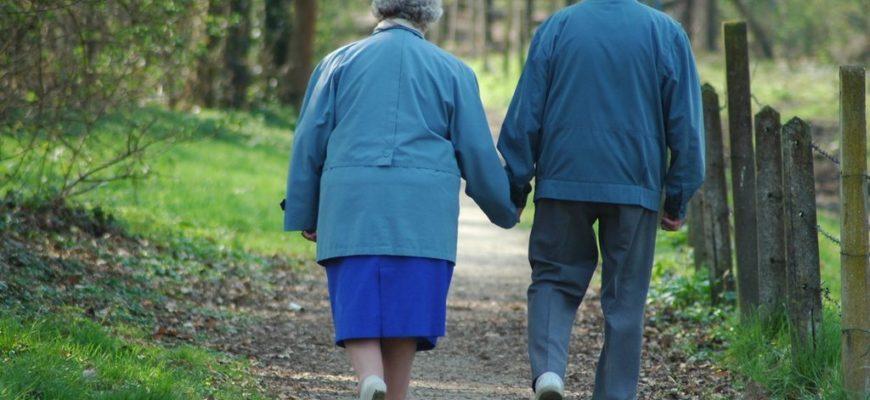 пожилые люди,пожилая пара,пожилая пара идет держась за руки,старики идут,