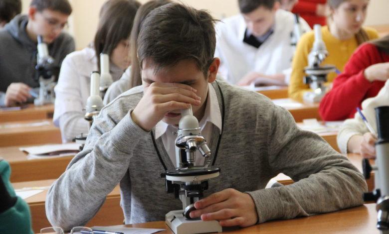 олимпиада школьников,школьная олимпиада,школьник с микроскопом,ученик с микроскопом,
