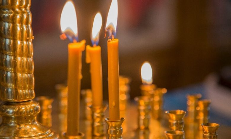 свечи в храме,свечи в церкви,горят свечи,церковные свечи,