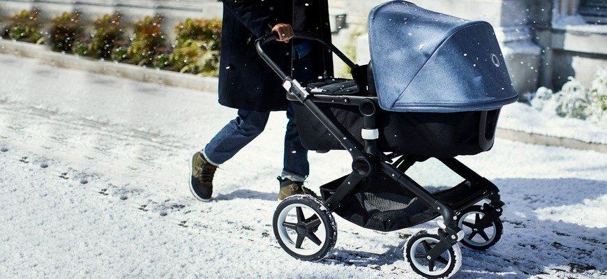 коляска с младенцем зимой,